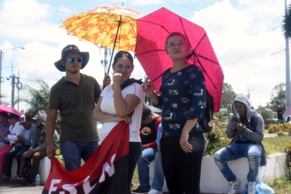 Trabajadores públicos y fanáticos orteguistas en las rotondas de Managua protegidos por decenas de Policías. LA PRENSA/ROBERTO FONSECA