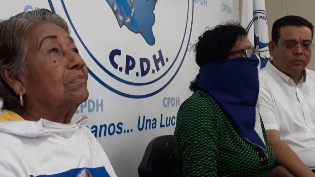 Doña Miriam del Socorro Matus y Flor Ramírez, denuncian el asedio orteguista ante la CPDH. LA PRENSA/E. ROMERO