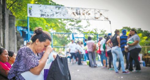 Bajo el asedio de turbas orteguistas mandadas a apostarse en las fueras del Chipote, cada día decenas de madres y parientes llegan a preguntar por sus familiares secuestrados por la PO. LA PRENSA /ARCHIVO
