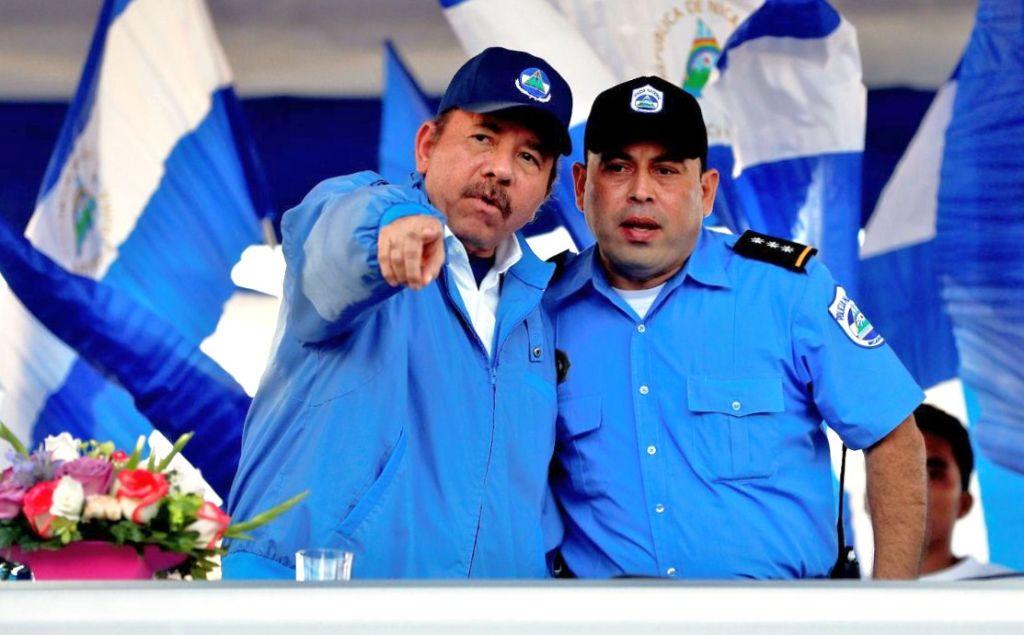 Daniel Ortega junto a un agente de la Policía durante uno de los tantos actos partidarios que realiza semanalmente desde el mes de mayo. LA PRENSA/ EFE