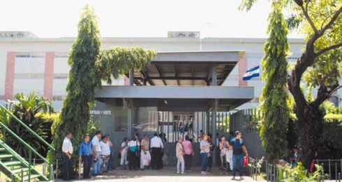 Familiares de presos políticos pasan penurias frente a los portones de los juzgados de Managua, donde hacen filas para entregar comida, soportando sol y lluvia. LA PRENSA/ MANUEL ESQUIVEL