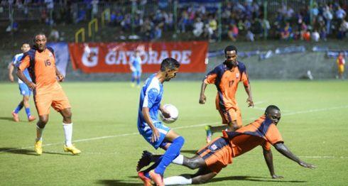 Josué Quijano, miembro de la selección de fútbol de Nicaragua, ante jugadores de Anguila. LA PRENSA/ ARCHIVO/ Roberto Fonseca
