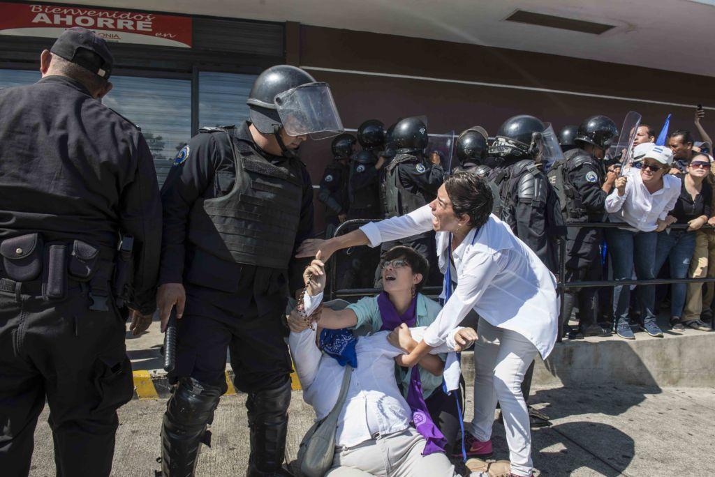 Policía Orteguista reprimió con lujo de violencia a un grupo de manifestantes que pretendian marchar contra la dictadura de los Ortega-Murillo, durante el violento suceso arrestaron a mas de 30 personas entre mujeres y ancianos. El Aparato represivo del gobierno redujo con represión a los pocos manifestante que se lograron concentrar en camino de oriente. Oscar Navarrete/ LA PRENSA