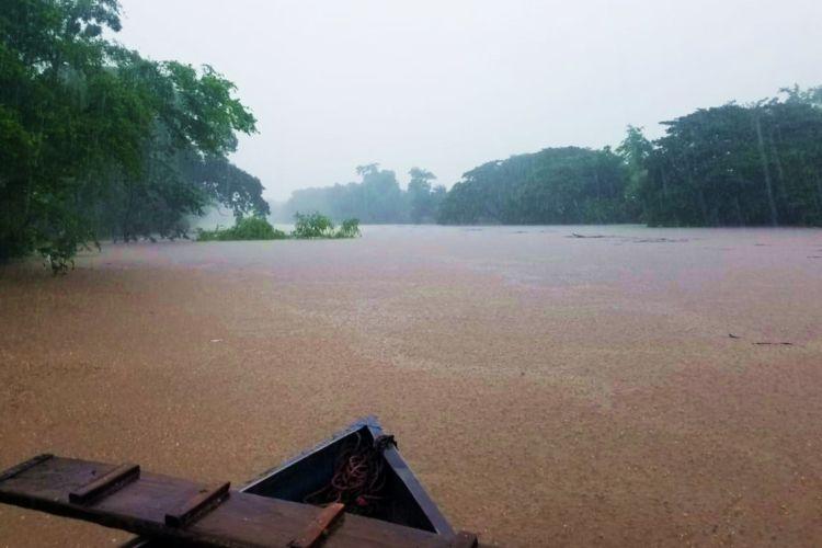 El río Malacatoya se desbordó este martes por las fuertes lluvias en Nicaragua. LA PRENSA/ LUCÍA VARGAS