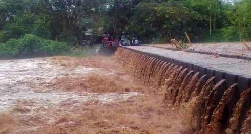 En los municipios de El Cuá, Pantasma y comunidades como San Gabriel los puentes están rebalsados por las lluvias, haciendo casi inaccesible el tránsito por ellos, según los pobladores. LA PRENSA/ Cortesía