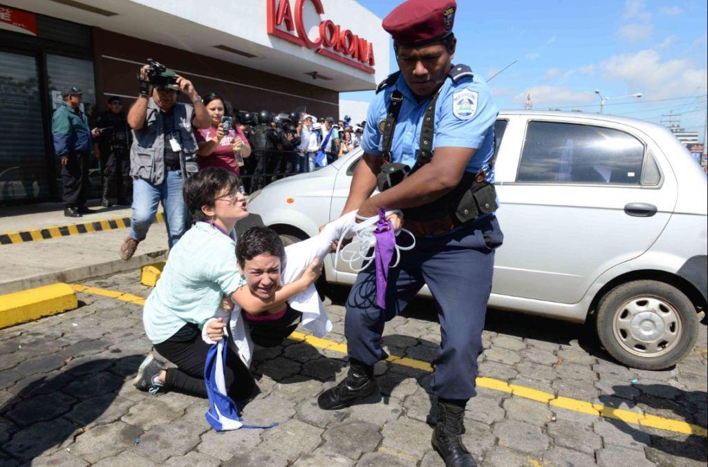 Policía Orteguista detuvo el 14 de octubre en camino de oriente a más de 20 manifestantes. LA PRENSA/ ÓSCAR NAVARRETE