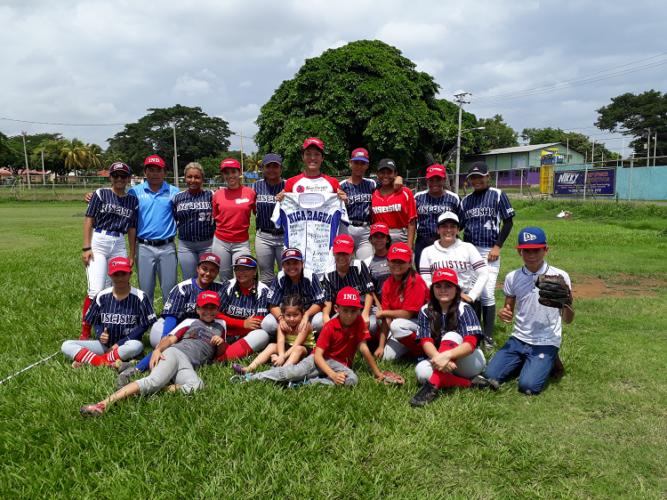 El japonés Shota Abe con el equipo de beisbol Guerreras de Managua previo a su regreso a Japón en junio del presente año. Foto Rosa Membreño