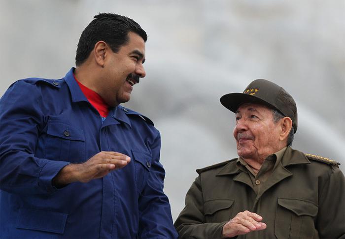 Raúl Castro y Nicolás Maduro, conversan durante desfile por el día de los trabajadores en la Plaza de la Revolución de La Habana, Cuba. LA PRENSA/ EFE/ Alejandro Ernesto