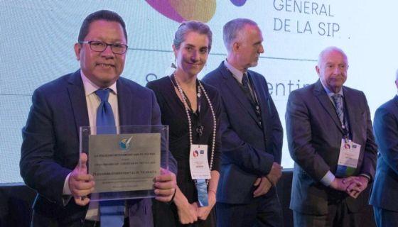 El periodista y director del canal 100% Noticias, Miguel Mora, recogió el premio de la SIP. LA PRENSA/ CORTESÍA SIP