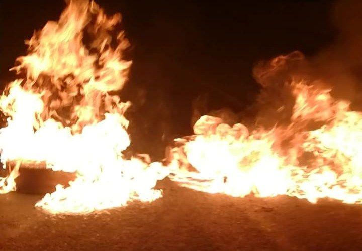 En horas de la noche del viernes manifestantes rivenses inventaron una nueva forma de protesta quemando llantas en la carretera e inmediatamente escaparon del lugar. LA PRENSA/ CORTESÍA