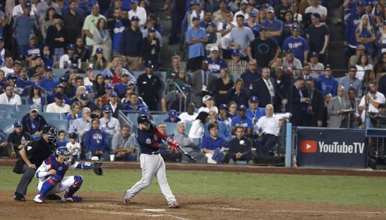 Steve Pierce empujó cuatro carrera, unde ellas con jonrón, y fue el bateador clave de los Medias Rojas de Boston en el cuarto partido de la Serie Mundial ante los Dodgers de Los Ángeles. LA PRENSA/EFE/EPA/LARRY W. SMITH