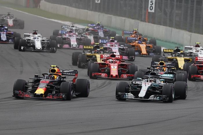 El británico Lewis Hamilton (derecha) aseguró ayer su quinto título del campeonato de la Fórmula 1, al terminar quinto en el GP de México. LA PRENSA/EFE/Jorge Núñez