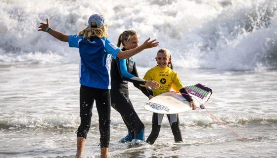 Máxima Resano, felicitada por sus hermanas Valentina y Candelaria, tras terminar segunda en su heat de la categoría Sub-18 del Mundial de Surf Juvenil. LA PRENSA/CORTESÍA/ISA/BEN REED
