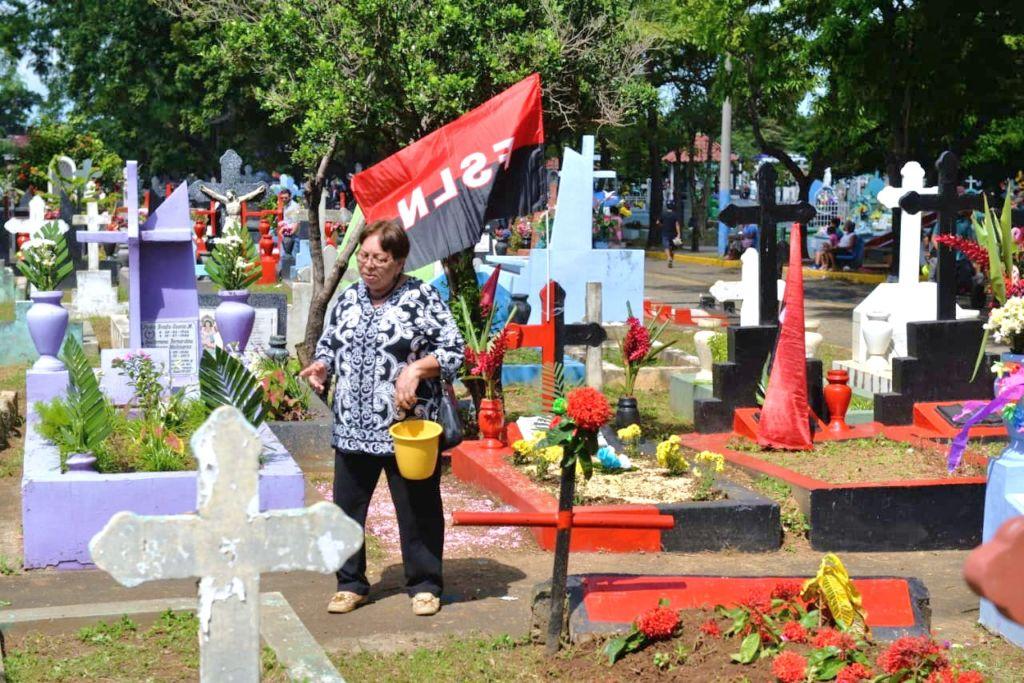 El orteguismo inundó de banderas del FSLN los cementerios del país e incluso pintaron en rojo y negro las tumbas. A las población no se le permitió portar banderas de Nicaragua por la intimidación de Policías. LA PRENSA/ ROBERTO FONSECA