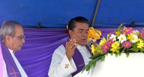 Monseñor Bismarck Carballo oficiando una misa en el día de los difuntos este 2 de noviembre. No quiso referirse a los ataques contra el obispo Silvio Báez. LA PRENSA/ EMILIANO CHAMORRO