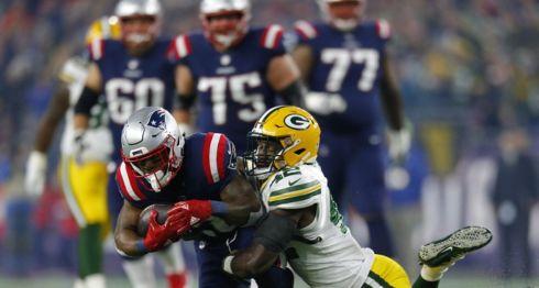 El corredor James White (izquierda) tuvo dos anotaciones terrestres y fue clave en el triunfo de los Patriots de Nueva Inglaterra sobre los Packers de Green Bay, este domingo en la NFL. LA PRENSA/EFE/EPA/CJ GUNTHER