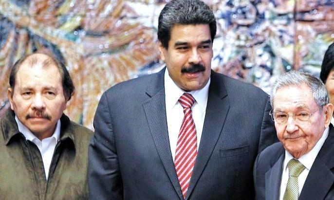 Los dictadores Daniel Ortega, de Nicaragua; Nicolás Maduro, de Venezuela; y Raúl Castro, expresidente y verdadero mandatario de Cuba. LA PRENSA/ ARCHIVO