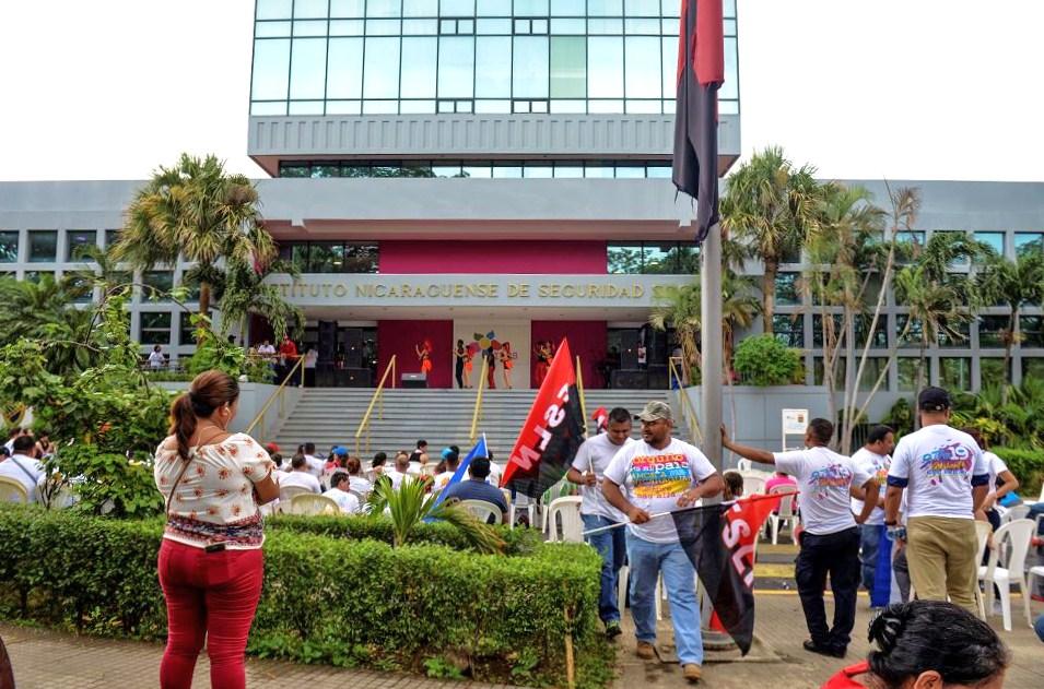 En 2006, antes que asumiera la Presidencia Daniel Ortega, el INSS requería 197.8 millones de córdobas para pagar su planilla y 1,126.5 millones para la adquisición de bienes y servicios. En la fotografía, miembros de la Juventud Sandinista apostados en las afueras de la sede central de la institución. LA PRENSA/ CARLOS VALLE