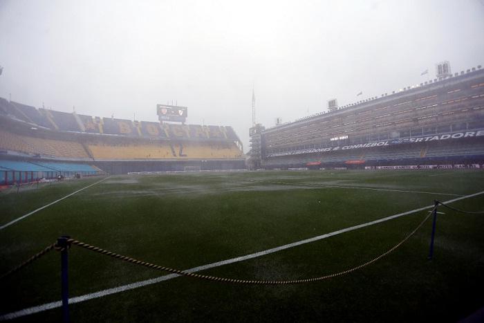 La cancha de la Bombonera no prestaba las condiciones este sábado para el Superclásico entre Boca Junior y River Plate, correspondiente a la final de la Copa Libertadores. LA PRENSA/EFE/Juan Ignacio Roncoroni