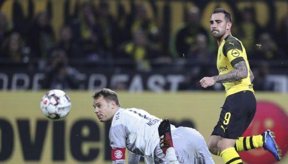 Paco Alcácer anotó el gol que le dio la victoria al Borussia Dortmund sobre el Bayern Múnich este sábado en la Bundesliga. LA PRENSA/EFE/EPA/FRIEDEMANN VOGEL