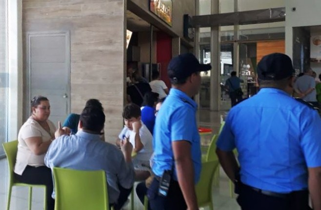 Los agentes en Galerías Santo Domingo. LA PRENSA/ Leonor Álvarez