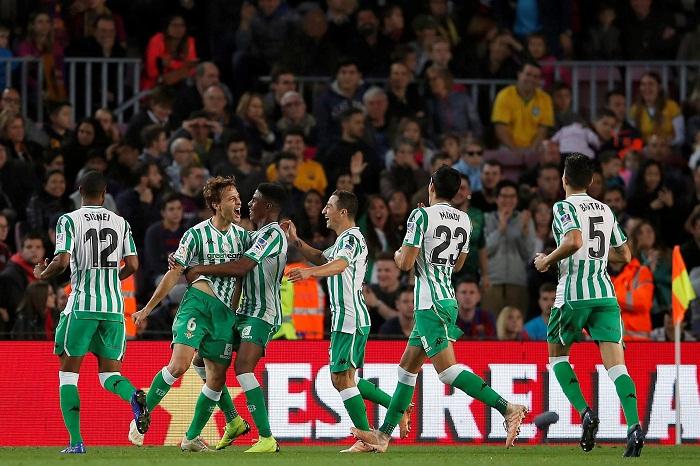 El Betis ganó por primera vez en 20 años en el Camp Nou, frente al aún líder de la La Liga Barcelona, que ahora está bajo mucha amenaza. LA PRENSA/EFE/Alberto Estévez