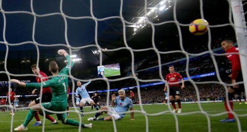 Sergio Agüero (abajo) anotó uno de los goles del City ante el United. LA PRENSA/EFE/EPA/Nigel Roddis