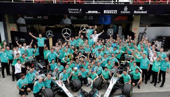 El equipo Mercedes celebró su quinto título de constructores al hilo, gracias al triunfo de Lewis Hamilton en el GP de Brasil. LA PRENSA/EFE/Sebastiao Moreira
