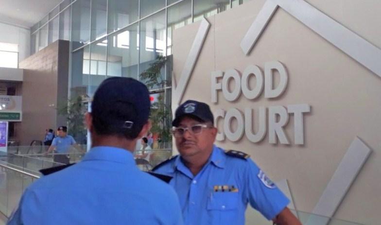 Decenas de policías fueron desplegados desde este domingo en los centros comerciales de Managua. LA PRENSA/LEONOR ÁLVAREZ