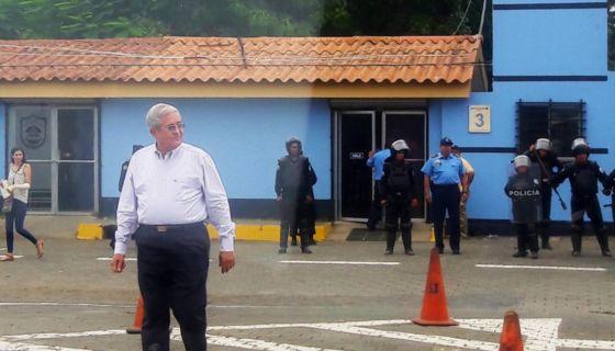 """El empresario y papá de Xiomara Blandino, José Dolores """"Lolo"""" Blandino, fue uno de los solicitantes del permiso para la marcha de este domingo. Fue el último en retirarse tras el despliegue de antimotines. LA PRENSA/ ELIZABETH ROMERO"""