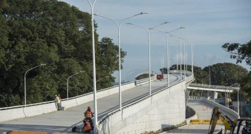 El diseño del paso a desnivel en la intersección de Las Piedrecitas es novedoso en Nicaragua, consta de dos puentes que cruzan, uno debajo del otro y están sostenidos por bases que aíslan los movimientos sísmicos. LA PRENSA/ ÓSCAR NAVARRETE