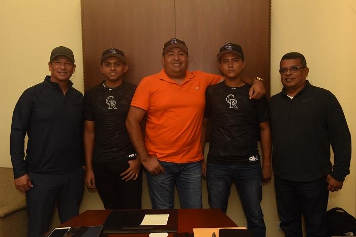 Rolando Fernández, Cristofer Osorio, el entrenador Johnys Álvarez, Martín Zamora y Orlando Medina, tras la firma de los contratos de los nuevos peloteros de la organización de los Rockies de Colorado. LA PRENSA/ROBERTO FONSECA