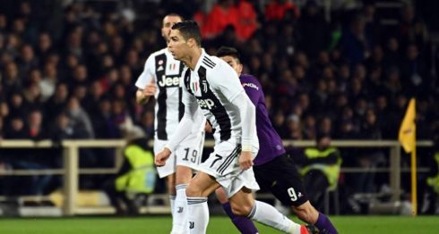 Cristiano Ronaldo marcó de penalti para la Juventus, que derrotó a la Fiorentina este sábado, en la jornada de la Serie A italiana. LA PRENSA/EFE/EPA/CLAUDIO GIOVANNINI