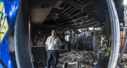 Anibal Toruño, entre escombros, paredes quemadas y equipos de transmisión consumidas por el incendio que simpatizantes del FSLN le prendieron fuego a la Radio Darío. LA PRENSA/Óscar Navarrete