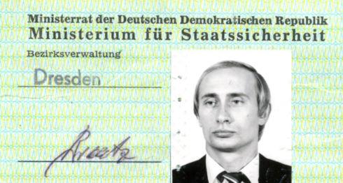 Vladimir Putin recibió el carné de la Stasi en 1985.BSTU