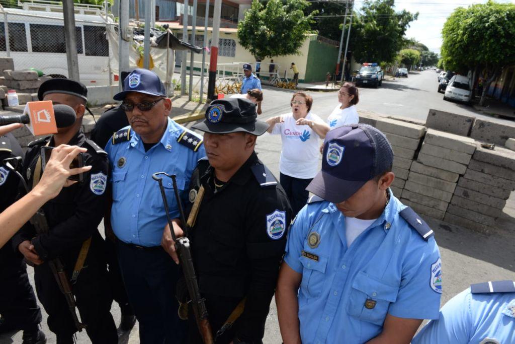 Funcionarios del Centro Nicaragüense de los Derechos Humanos (Cenidh) se atrincheran luego del allanamiento de la Policía Orteguista. LA PRENSA/URIEL MOLINA
