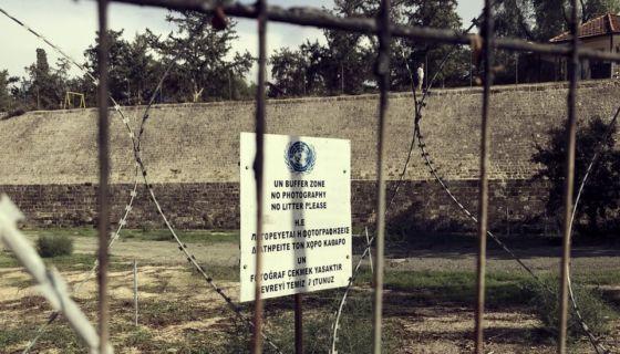 La misión de paz de la ONU en Chipre - llamada UNFICYP- empezó en marzo de 1964 y desde entonces se renovó todos los años hasta el día de hoy.BBC