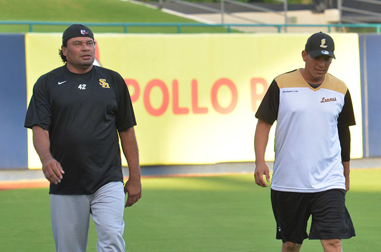 El coach de picheo y cerrador Vicente Padilla con el mánager de los Leones de León, Sandor Guido. LA PRENSA/JADER FLORES