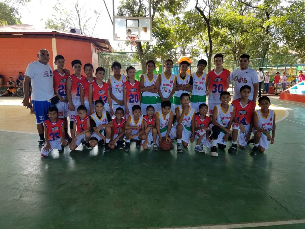Niños basquebolistas de Managua y Tipitapa se unieron a la causa de la recolecta de juguetes en Tipitapa. Foto Cortesía Harold Barberena.
