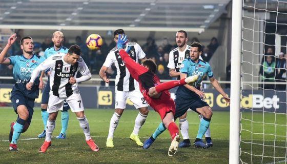El delantero portugúes de la Juventus Cristiano Ronaldo (2i) remata para marcar gol, durante el partido de la Serie A disputado ante el Atalanta, en el estadio Atleti Azzurri d'Italia en Bérgamo, Italia, el 26 de diciembre del 2018. LA PRENSA/EFE/Paolo Magni