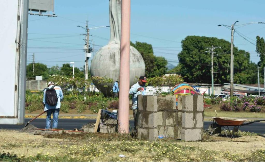 Así va la construcción de los muros que parecen barricadas, en las rotondas. LA PRENSA/ ROBERTO FONSECA