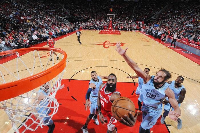 James Harden (13) está convertido en el máximo encestador de la NBA en la actualidad. LA PRENSA/Bill Baptist/NBAE via Getty Images/AFP
