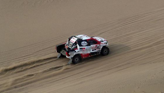 El catarí Nasser al-Attiyah conduce su vehículo Toyota este miércoles durante la novena etapa del Rally Dakar 2019, en Pisco (Perú). LA PRENSA/EFE/ Ernesto Arias