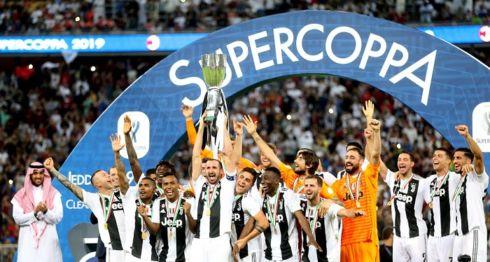 Los jugadores de Juventus celebran la Supercopa italiana luego de vencer al Milan este miércoles en el estadio King Abdullah de Yeda (Arabia Saudí). El portugués Cristiano Ronaldo anotó el gol decisivo. LA PRENSA/EFE/Str