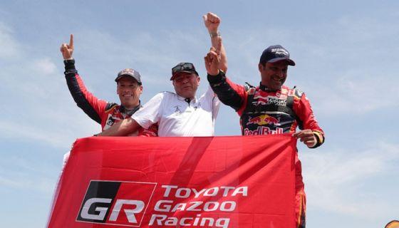 El catarí Nasser Al-Attiyah (derecha) y su copiloto, el francés Matthieu Baumel, celebran junto al director del Toyota Gazoo Razing, Glyn Hall, tras ganar el primer lugar en el Rally Dakar 2019, este jueves en Pisco (Perú). LA PRENSA/EFE/Ernesto Arias