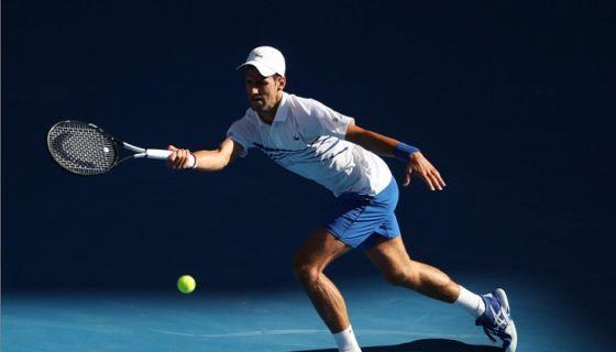 El serbio Novak Djokovic derrotó al canadiense Denis Shapovalov para avanzar a los octavos de final del Abierto de Australia este sábado. LA PRENSA/EFE/EPA/DAVID CROSLING