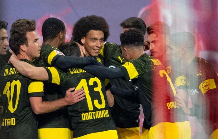 Axel Witsel (centro) anotó el único gol del partido, ganado por el Borussia Dortmund este sábado en la Bundesliga ante el RB Leipzig. LA PRENSA/AFP / ROBERT MICHAEL