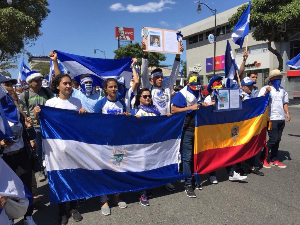 Estudiantes de la UNAN Managua, con bandera de la universidad, también participaron en la movilización. LA PRENSA/ GERALL CHÁVEZ/ CORTESÍA