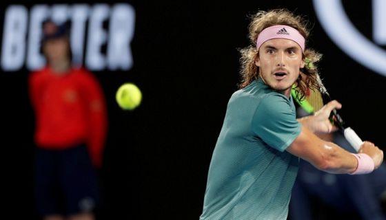 El griego Stefanos Tsitsipas venció a Roger Federer en los octavos de final del Abierto de Australia este domingo. LA PRENSA/EFE/EPA/LYNN BO BO