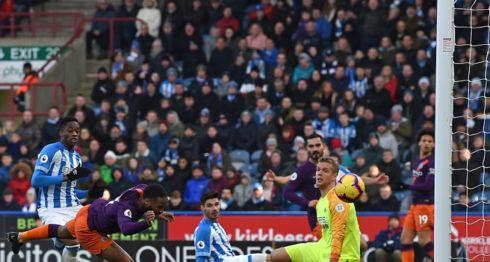 Raheem Sterling marcó el segundo de los tres goles con los que el Manchester City se impuso este domingo al Huddersfield en su campo. LA PRENSA/AFP/Paul ELLIS